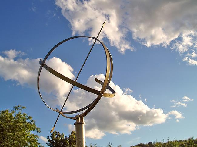 """Ekvatorijalni sunčani sat """"Sagitta Borealis"""" pored zvjezdarnice Apollo prikazuje točno lokalno sunčevo vrijeme."""