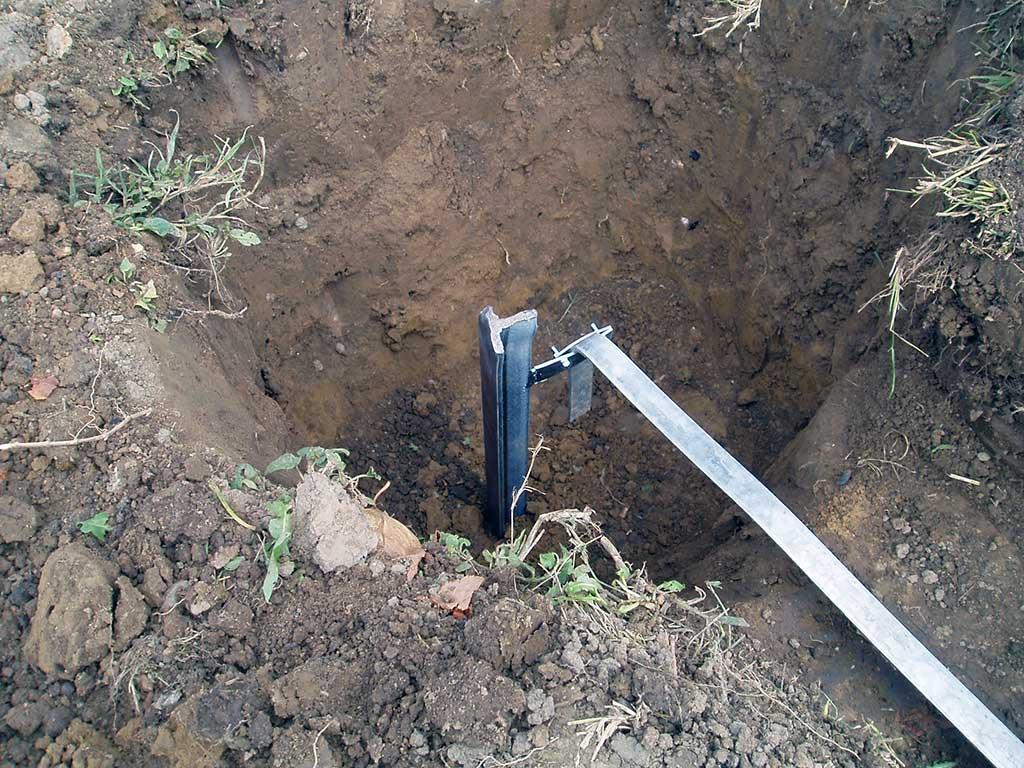 T sonda je zabijena u zemlju i na nju je spojena gromobranska traka.
