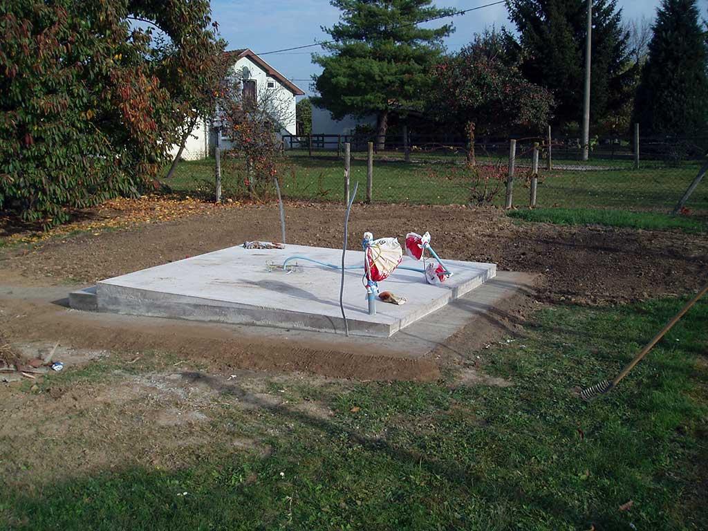 20.10.2013. – Nakon što se sve osušilo, uklonili smo šalunge i oko rubova nasuli zemlju i uredili okoliš oko zvjezdarnice gdje smo nasipavali zemlju prilikom iskopavanja temelja.