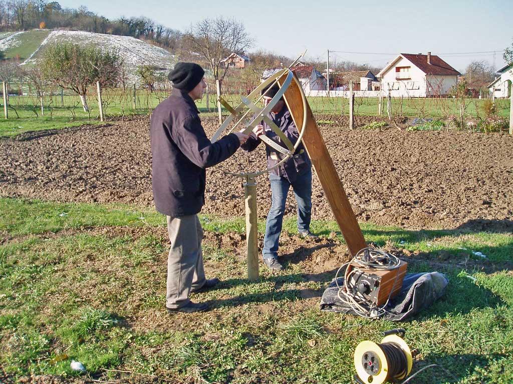 Zlatko i Zoran donijeli su sunčani sat i moglo je započeti njegovo postavljanje na stup.