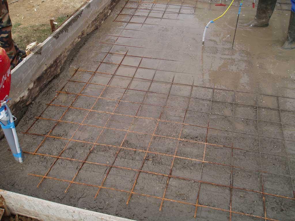 Kada se armaturnu mrežu prekrilo prvim slojem betona, postavili smo drugu armaturnu mrežu.