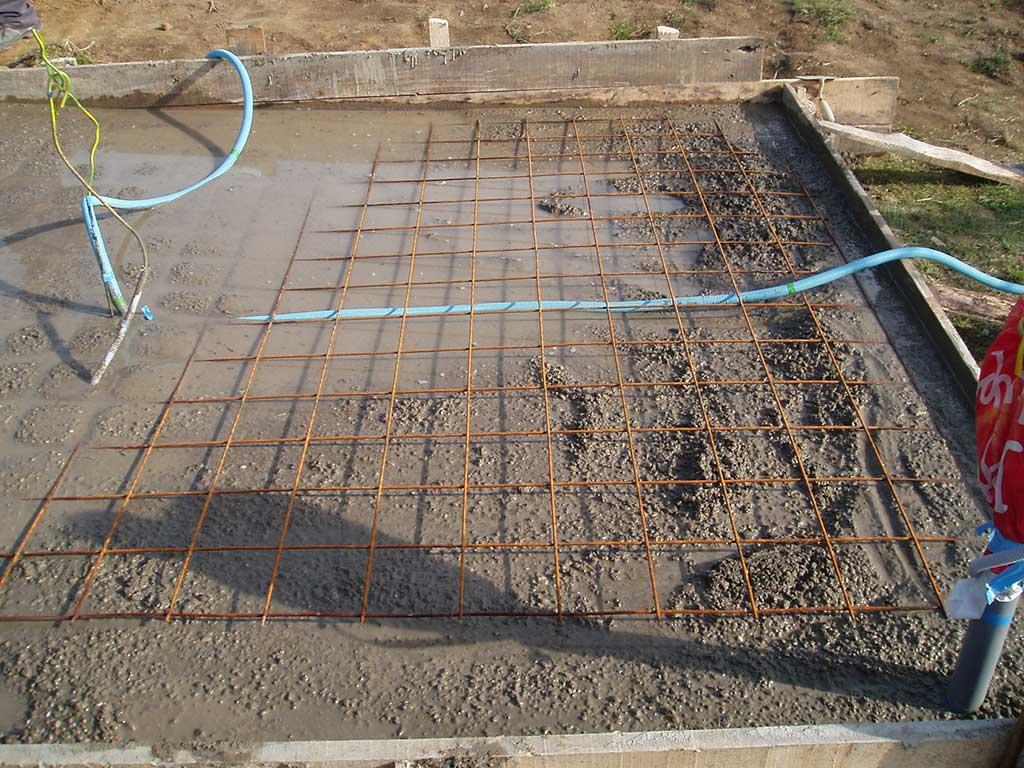 Na sloj betona postavio sam rebrastu cijev s instalacijama za teleskop pa još jednu armaturnu mrežu preko toga.
