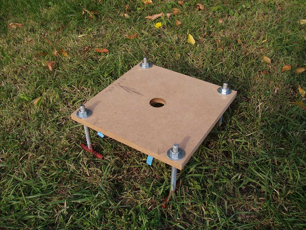 U beton je na mjesto gdje dolazi stup teleskopa trebalo postaviti sidrene vijke. Da bih to mogao napraviti točno, prijatelj mi je izradio šablonu od vlaknatice, s rupama kroz koje sam stavio sidrene vijke. Ovo je pogled s gornje strane.