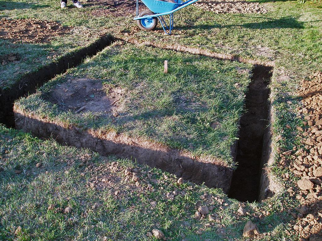 Trebalo je iskopati temelj dubine 60-70 cm. Kolčić obilježava mjesto gdje će biti stup s teleskopom. Udubljenje je mjesto gdje je bio stari jorgovan.