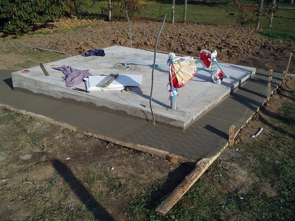 15.10.2013. – Oko temelja je trebalo staviti betonski obrub.