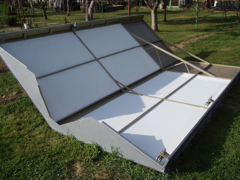 Izolacija je napravljena od stirodur ploča debljine 30 mm, obojanih u bijelo i zalijepljenih na lim.