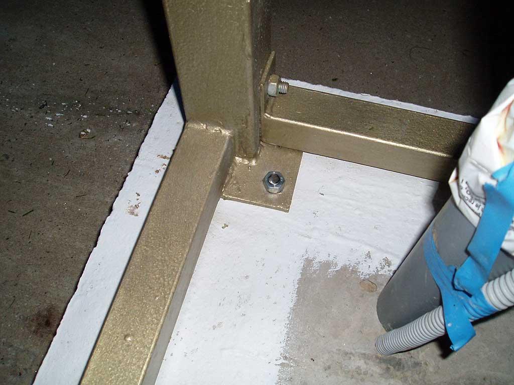 Nakon što je krov postavljen i sjeo na svoje mjesto, moglo se cijelu konstrukciju pričvrstiti u beton posebnim vijcima.