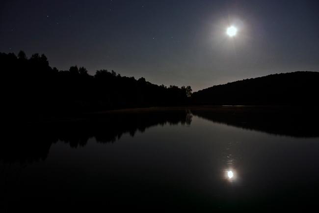 Refleksija Mjeseca i zvijezda u vodi. ISO 400, exp. 30 sec. © Snimio: Danijel Reponj