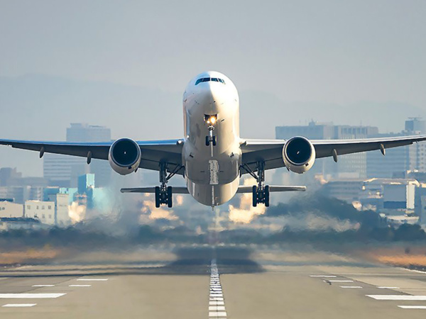 Prelet aviona ispred Sunčevih pjega